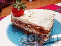 Здравословна нисковъглехидратна безглутенова торта с моркови, сирене маскарпоне, извара (или рикота), заквасена сметана, оризово брашно, ягоди и орехи - снимка на рецептата